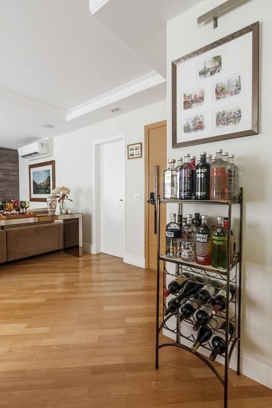 estante de ferro baixa com vinhos com vinhos fernanda duarte 64546