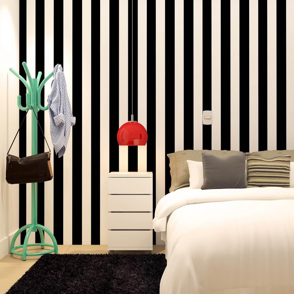 luminária vermelha para decoração de quarto com papel de parede listrado