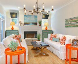 Móveis coloridos se destacam na decoração dessa casa de praia. Fonte: The Spruce