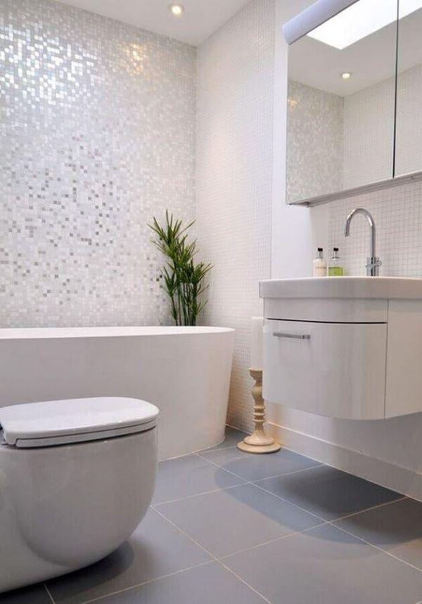 Banheiro com pastilhas adesivas