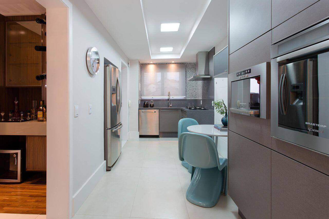 pastilhas adesivas em cozinha pequena cinza marcia acaro 36928