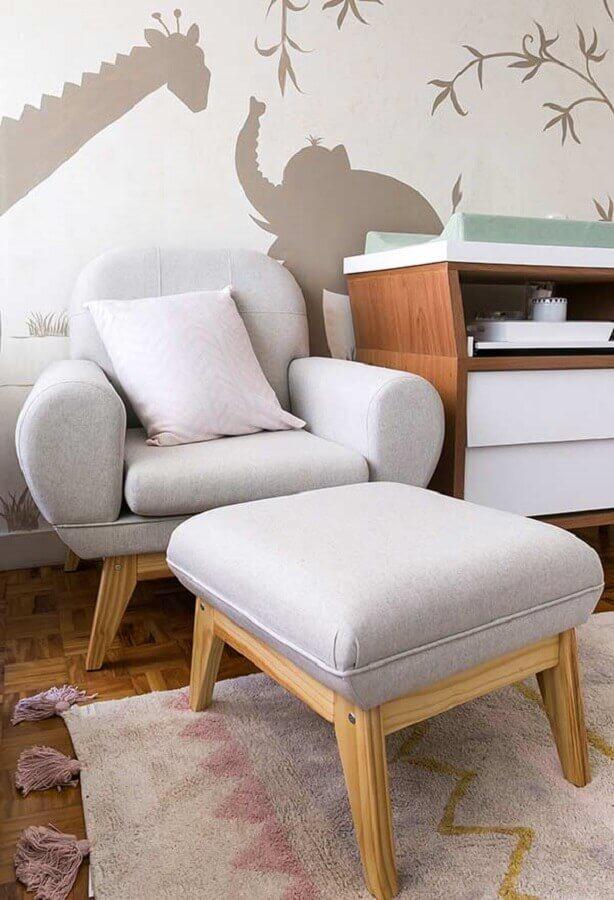 poltrona de amamentação cinza claro para decoração de quarto de bebê Foto Pinterest