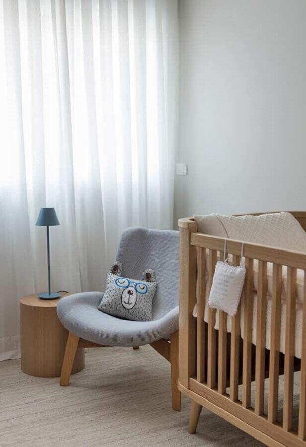 poltrona de amamentação cinza para quarto de bebê decorado com berço de madeira Foto Pinterest