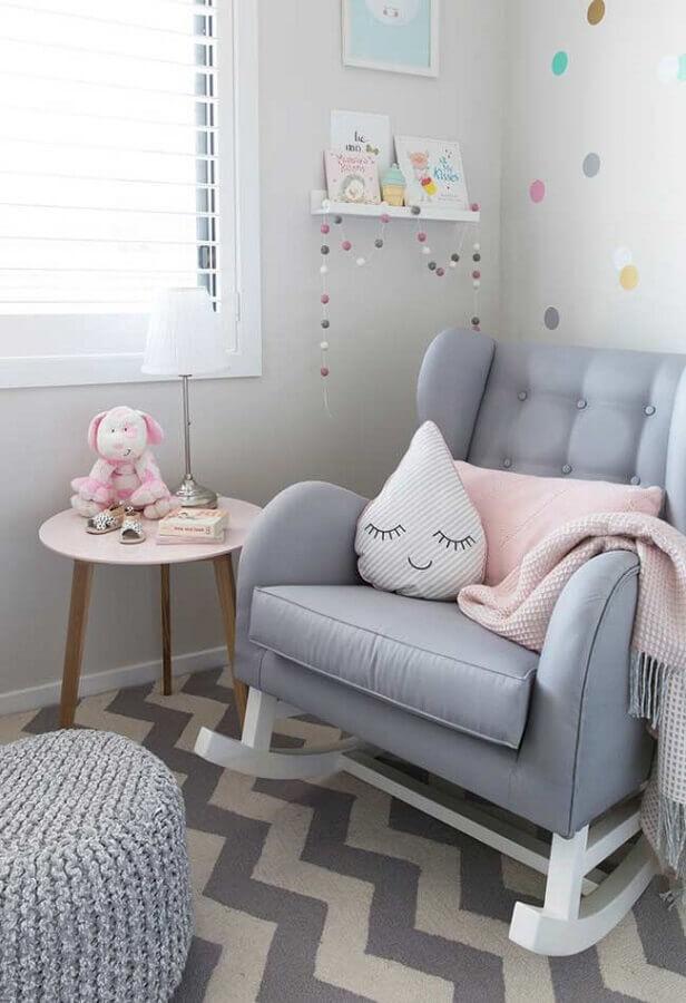 poltrona de amamentação com balanço para decoração de quarto de bebê cinza Foto Casa de Valentina