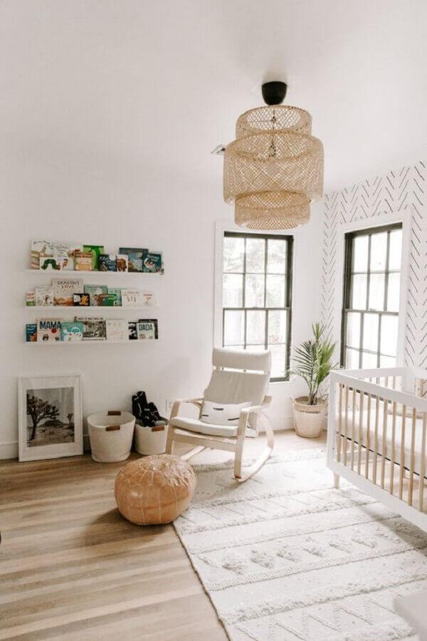 poltrona de amamentação com balanço para decoração de quarto de bebê todo branco Foto Pinterest