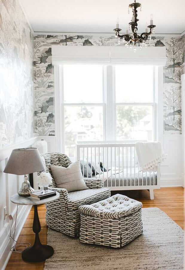 poltrona de amamentação com puff para decoração de quarto de bebê branco Foto Pinterest
