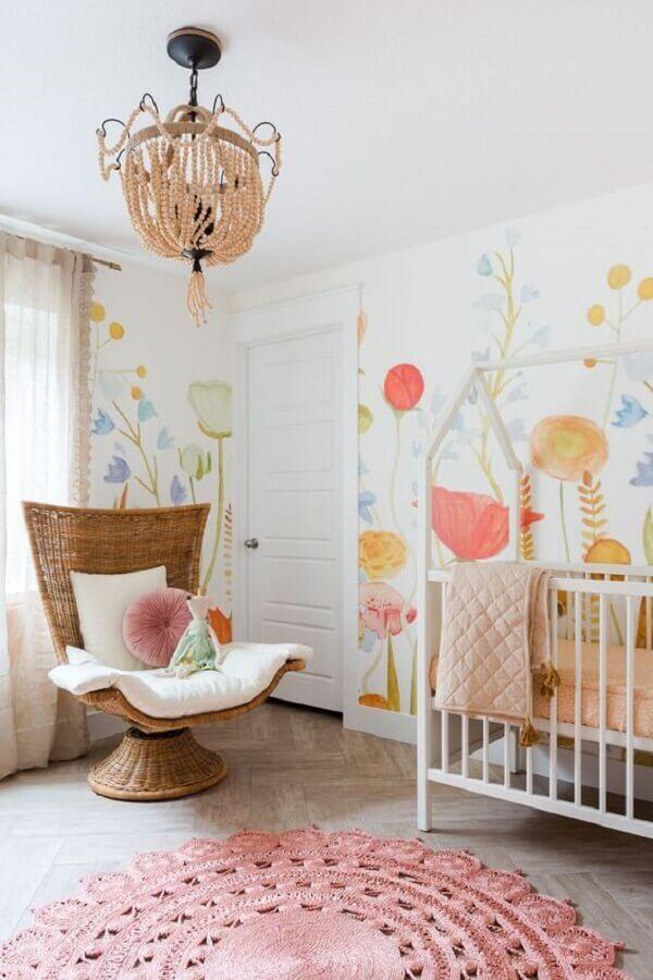 poltrona de amamentação diferente para quarto de bebê decorado com papel de parede floral Foto Anewall Decor