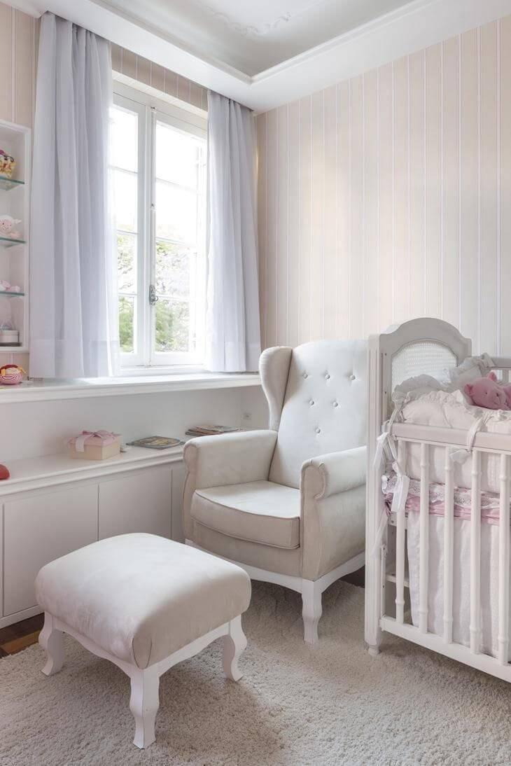 poltrona de amamentação quarto de menina com puff kali arquitetura 64375