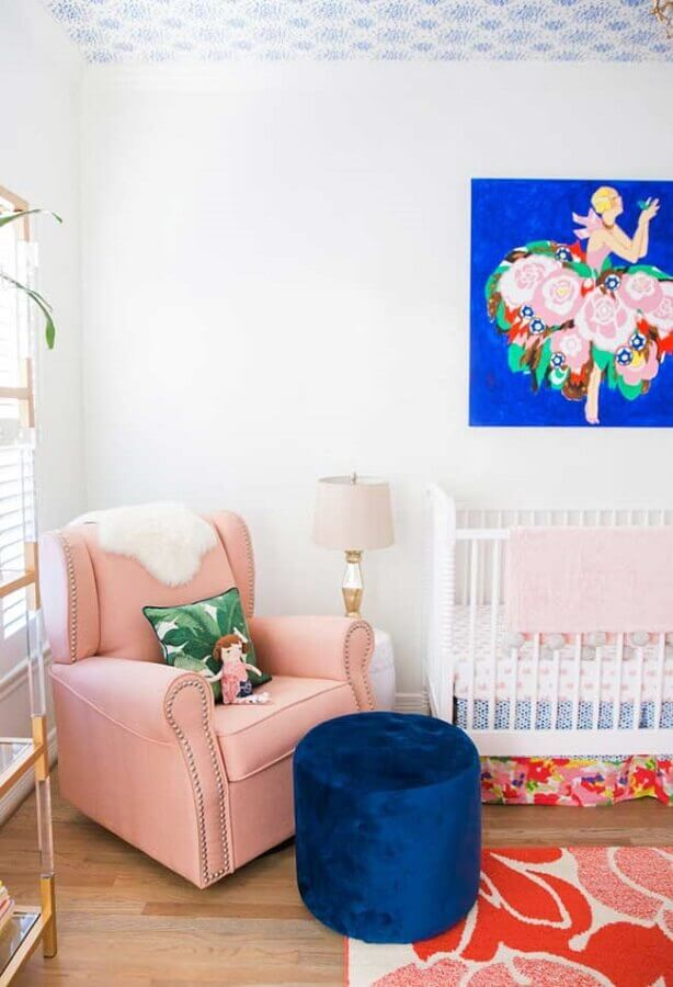 poltrona de amamentação rosa para quarto de bebê branco decorado com puff azul Foto Ideias Decor
