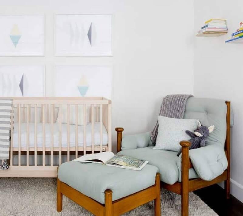 quarto de bebê branco decorado com poltrona de amamentação cinza claro de madeira Foto Pinterest