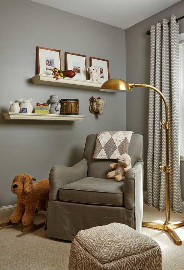 quarto de bebê cinza decorado com luminária dourada e poltrona de amamentação Foto Houzz