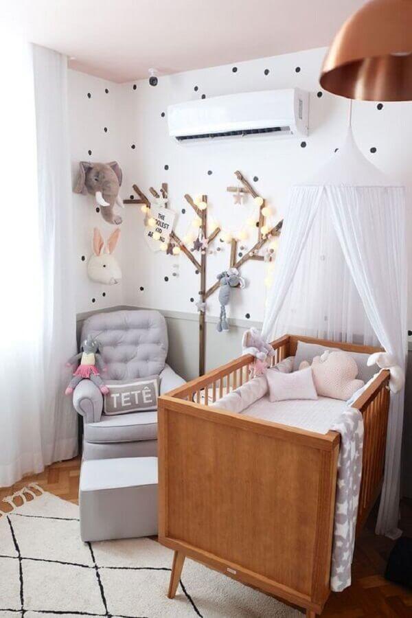 quarto de bebê decorado com berço de madeira e poltrona de amamentação com puff cinza Foto Casa de Valentina