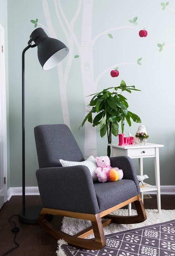 quarto de bebê decorado com poltrona de amamentação cinza de balanço Foto Houzz