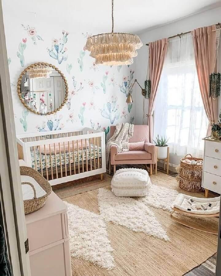 quarto de bebê decorado com tapete sisal e poltrona de amamentação rosa Foto Arkpad
