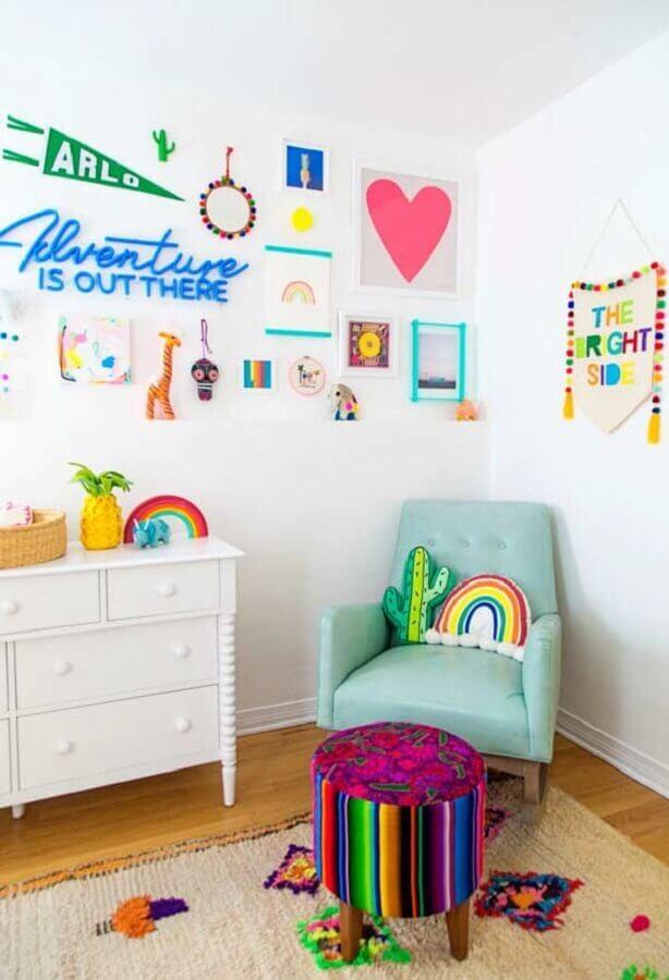 quarto de bebê simples decorado com poltrona de amamentação azul claro Foto Pinterest