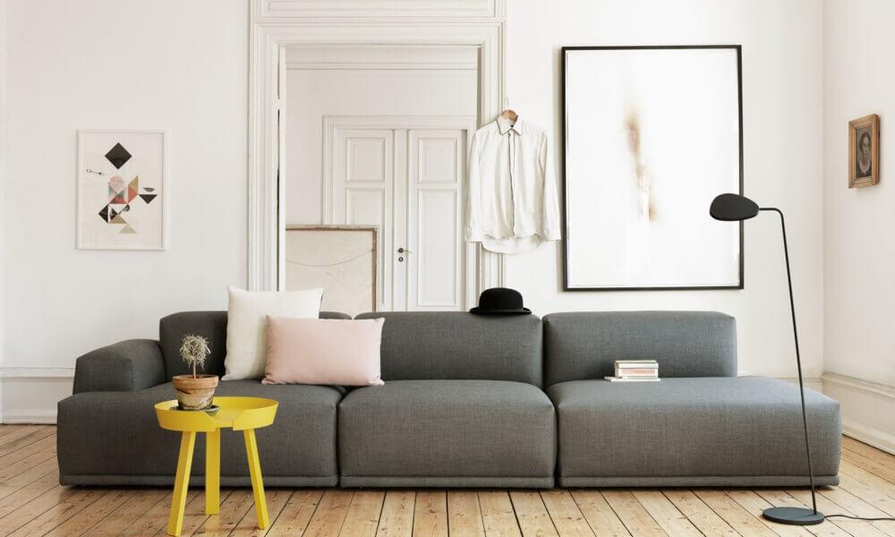 sala com decoração escandinava e mesa de canto amarela