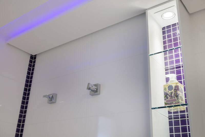 sanca de gesso aberta com luz azul banheiro sueli zapparolli 136486