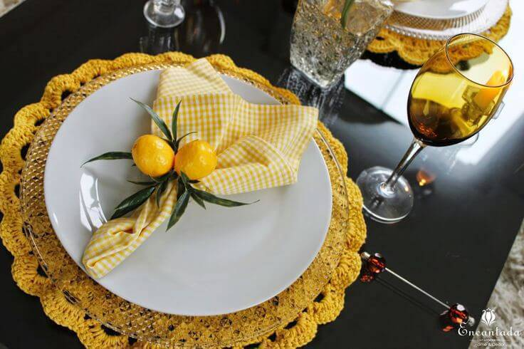 sousplat de croche amarelo com guardanapo xadrez