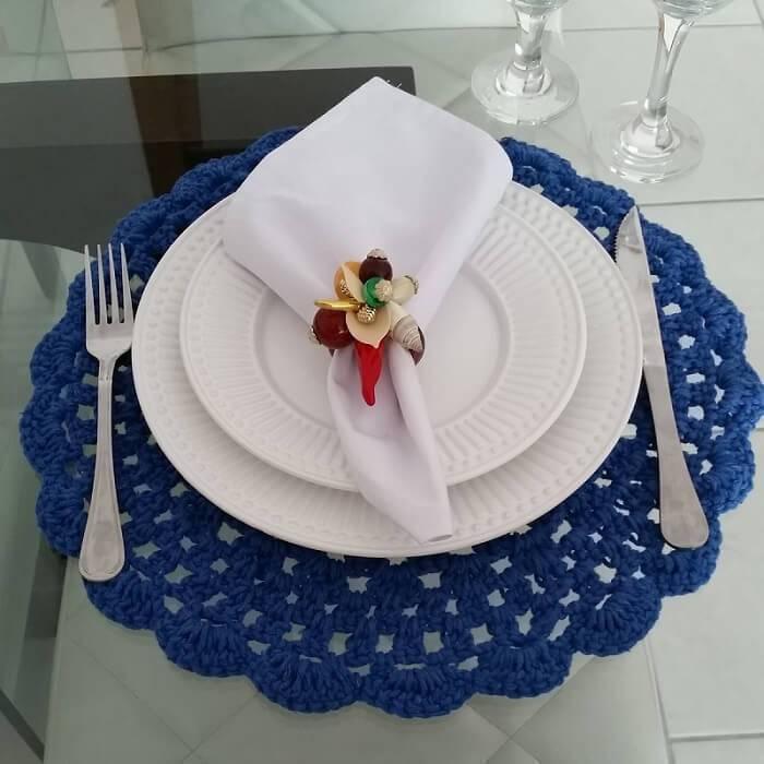sousplat de croche azul com pratos brancos