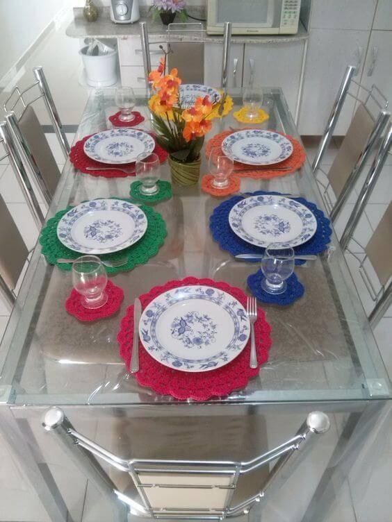 sousplat de croche colorido mesa de jantar