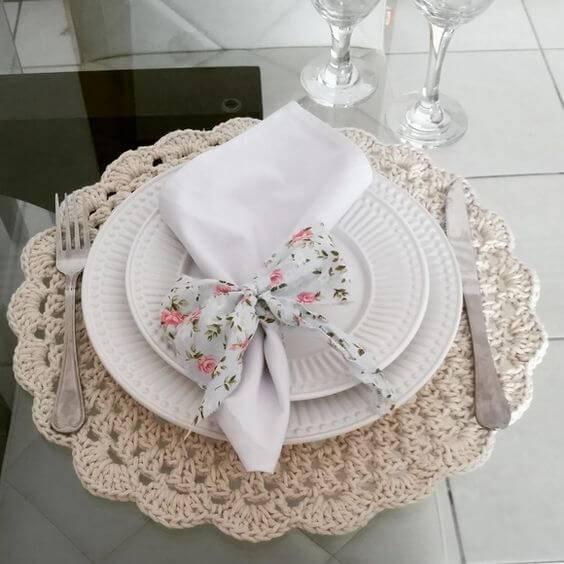 sousplat de croche com guardanapo florido
