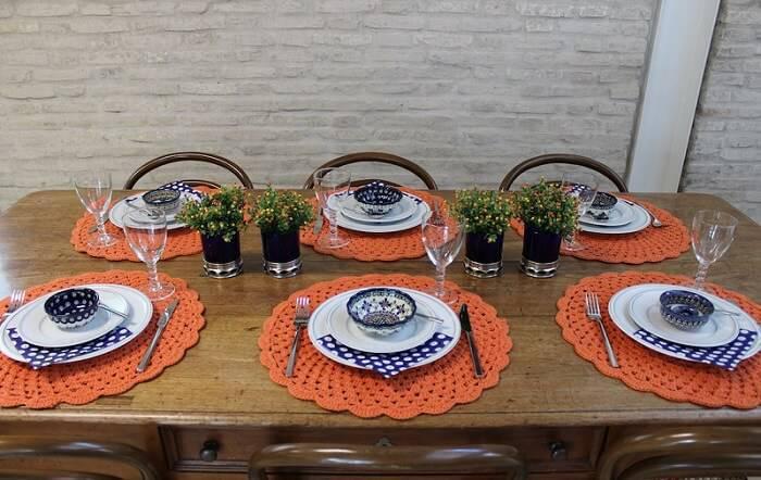 sousplat de croche laranja com detalhes azuis