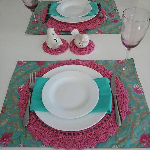 sousplat de croche rosa com verde agua