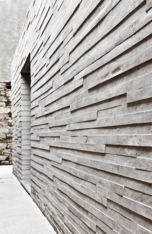 Como aplicar textura de parede cinza no corredor de casa