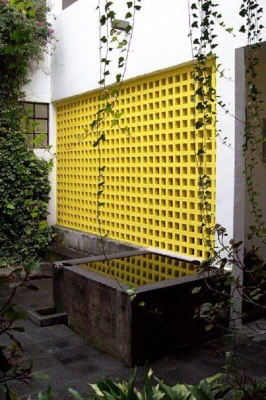 área externa decorada com cobogó amarelo Foto Archdaily