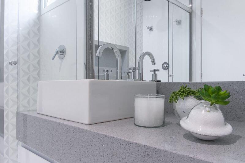 Banheiro claro com revestimento 3D na parede dentro do box Projeto de Bianchi Lima