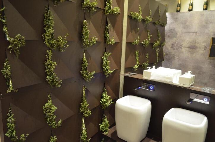 Banheiro com parede com revestimento 3D com plantas Projeto de Casa Cor 2016