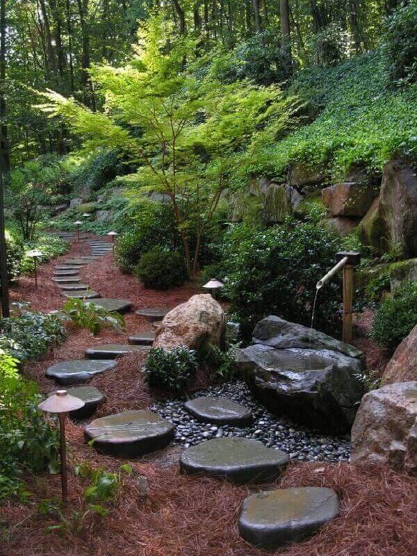 Caminho de pedras decorativas para jardim