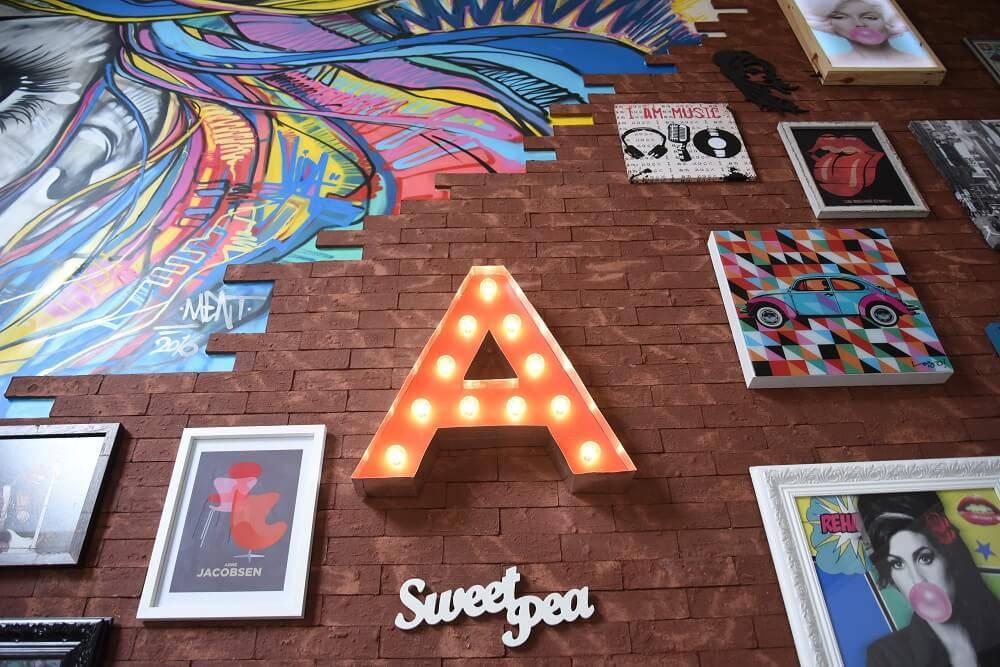 Casa da Anitta com quadros na sala