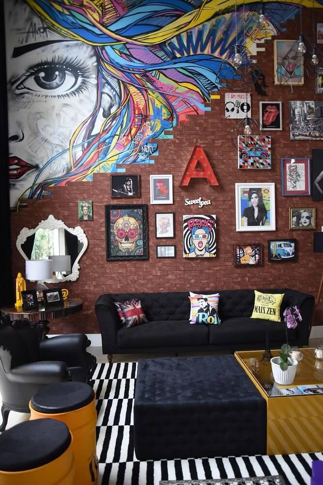 Casa da Anitta sala com parede de tijolinho