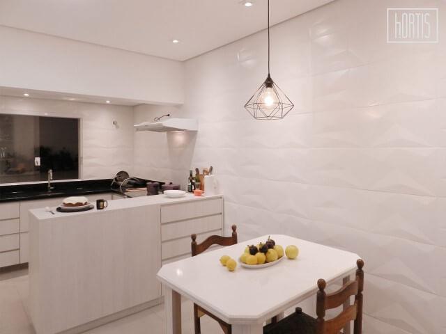 Cozinha integrada com revestimento 3D branco nas paredes Projeto de Henrique Yokoyama Ortis