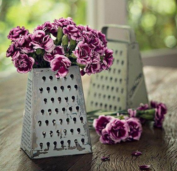 Decoração de chá de panela - Arranjo de flores com ralador