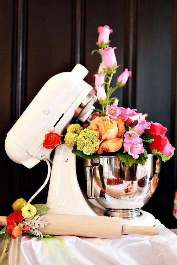 Decoração de chá de panela - Batedeira com arranjo de flores