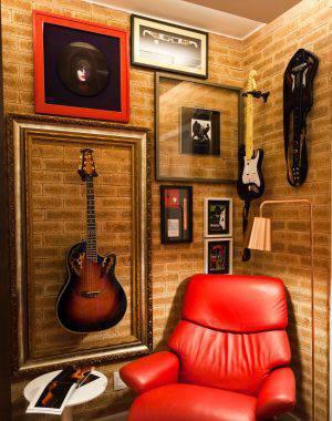 Decoração de dia dos pais - Sala com coleção de quadros e guitarras