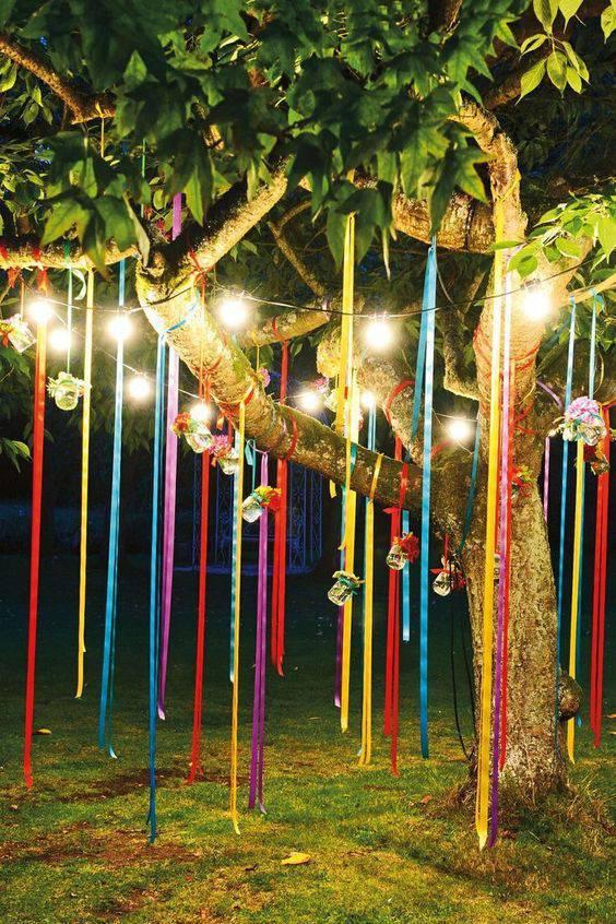 Decoração de festa de 15 anos - Jardim com fitas coloridas