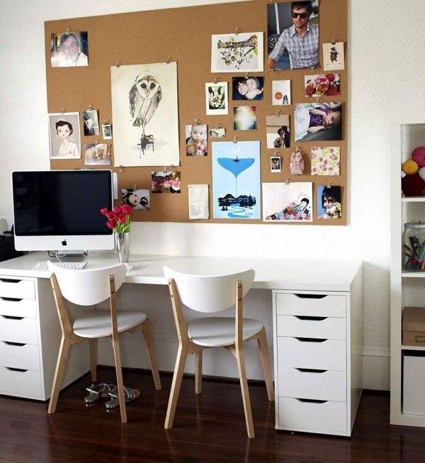 Escrivaninha branca com quadro de fotos