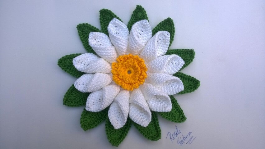 Flor de crochê branca com amarelo