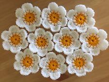 Flor de crochê branca com centro amarelo