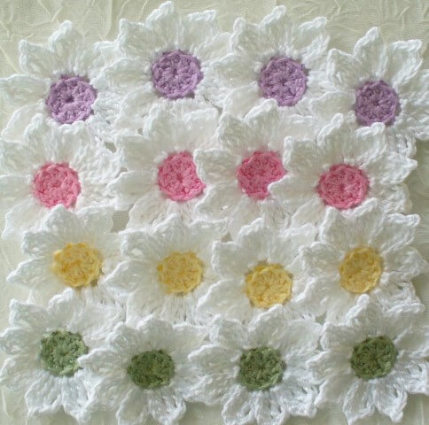 Flor de crochê branca com centro colorido
