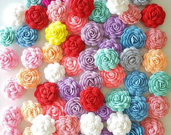 Flor de crochê coloridas em forma de rosas