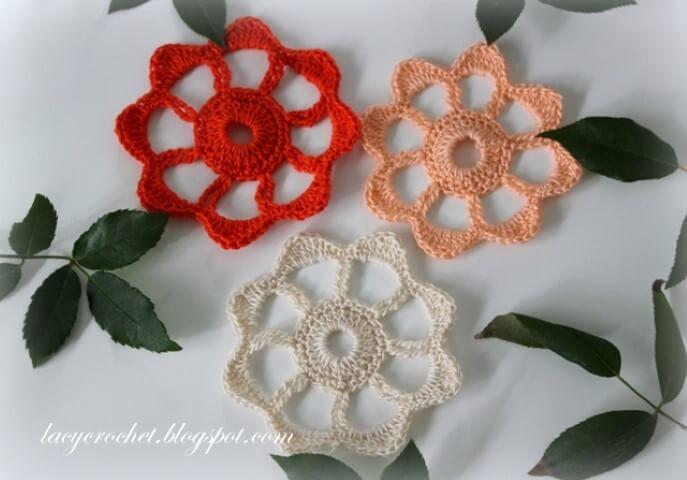 Flor de crochê com folhas de verdade