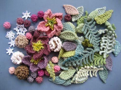 Flor de crochê com folhas