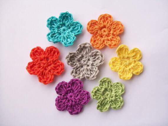 Flor de crochê de cores diversas