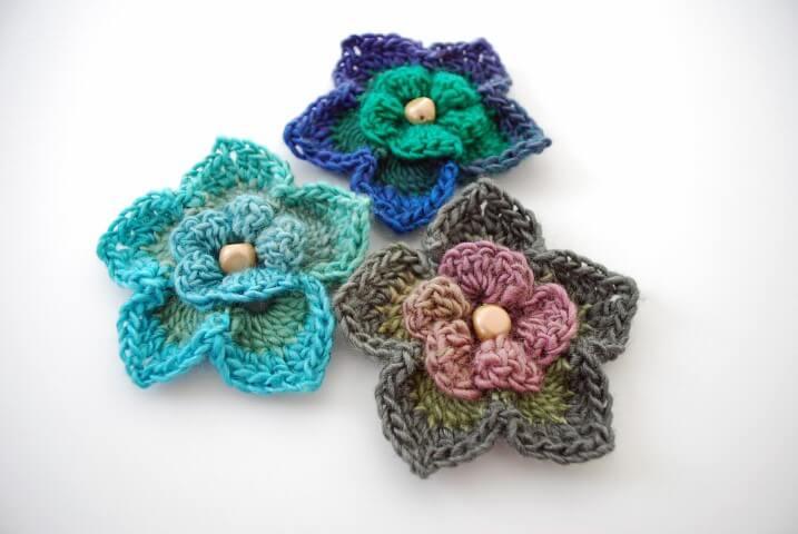 Flor de crochê de diversas cores