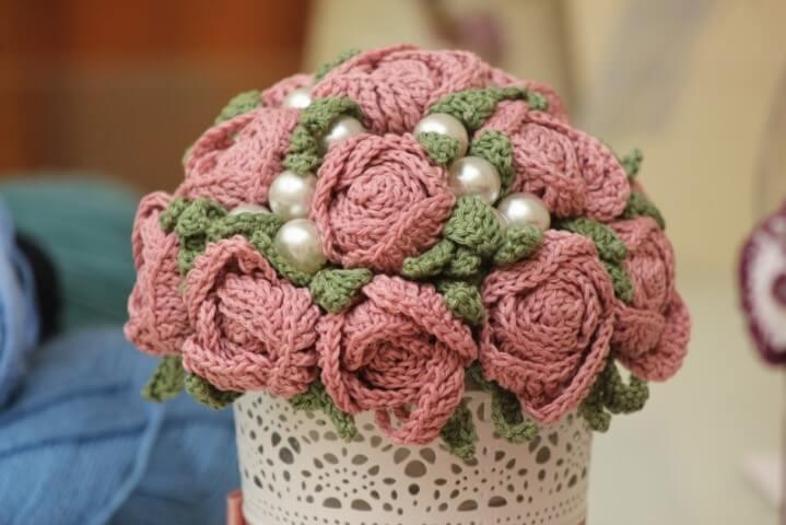 Flor de crochê em arranjo estilo buquê