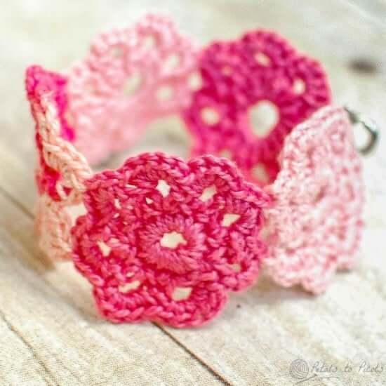 Flor de crochê em bracelete
